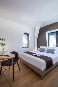 A bed or beds in a room at Hôtel In Situ