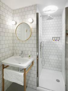 A bathroom at Compasses Inn