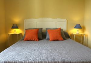 A bed or beds in a room at Jardin du Bourg