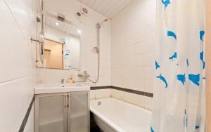 Ванная комната в Апартаменты на проспекте Большевиков, д. 5