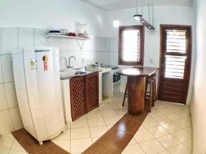 A kitchen or kitchenette at Villa Guarani Jeri