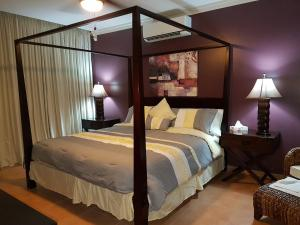 A bed or beds in a room at Luxury on the 22nd Floor!