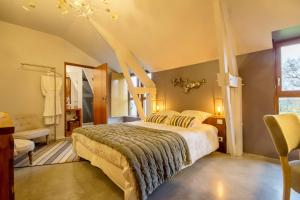 A bed or beds in a room at Le Clos du Gusquel