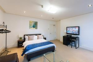 A bed or beds in a room at Mayfair Guesthouse