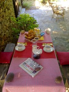 A restaurant or other place to eat at A camera di a vigna