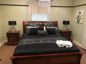 A bed or beds in a room at The Sanctuary at Springbrook