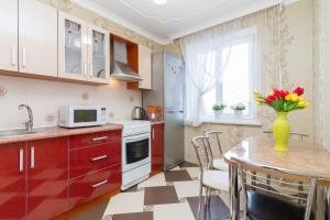A kitchen or kitchenette at Molnar Apartments Zaslavskaya 12