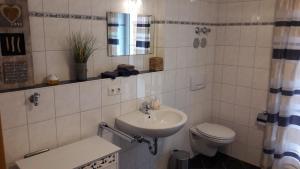 Ein Badezimmer in der Unterkunft Gästehaus Brunnerhof - Reisen