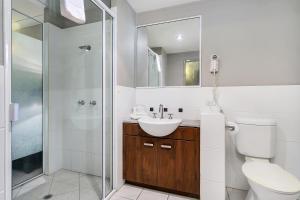 A bathroom at Blue Lagoon Lakeside Studio