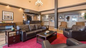 A seating area at Best Western Plus Kamloops Hotel