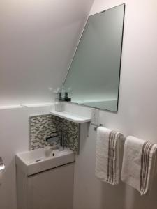 A bathroom at Aspen Breeze B&B