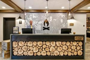 The lobby or reception area at Canalta Lodge