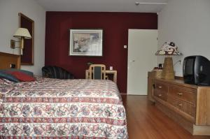 A bed or beds in a room at Hotel Mayflower