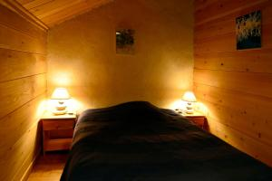 A bed or beds in a room at La Coutinelle