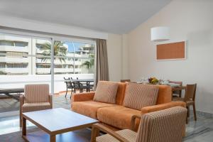 A seating area at Sahara Sunset Club By Diamond Resorts