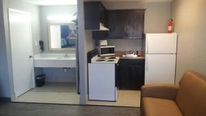 A kitchen or kitchenette at Paris Inn and Suites