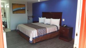 A bed or beds in a room at Paris Inn and Suites