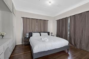 A bed or beds in a room at Spacious Living on Victoria