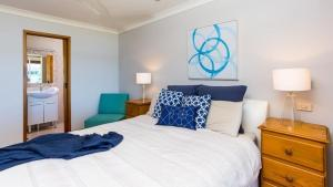 A bed or beds in a room at Bolton Point Waterfront