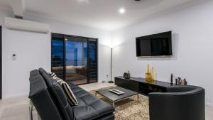 A seating area at Onestep Airlie Retreat