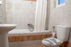 A bathroom at Saint Catherine Hotel