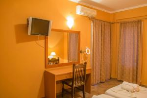 A television and/or entertainment centre at Saint Catherine Hotel