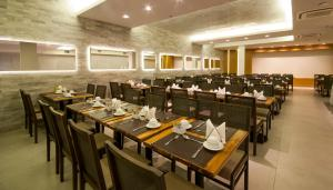 A restaurant or other place to eat at Hotel Atlântico Travel Copacabana