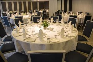A restaurant or other place to eat at Metropark Hotel Mongkok