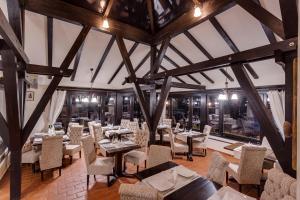 Un restaurante o sitio para comer en Casa Din Bran - Inn Cuisine