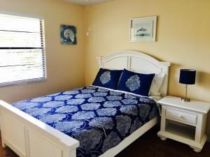 A bed or beds in a room at Indian Rocks Beach Apt's
