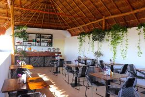 Un restaurante o sitio para comer en Elements Tulum Boutique Hotel