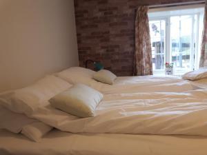 En eller flere senger på et rom på Munkeby Herberge
