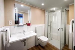 A bathroom at B-Inn Apartments Zermatt