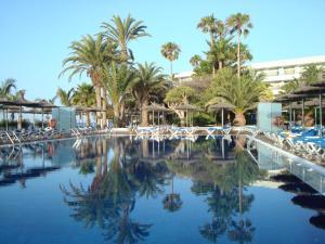 Het zwembad bij of vlak bij VIK Hotel San Antonio