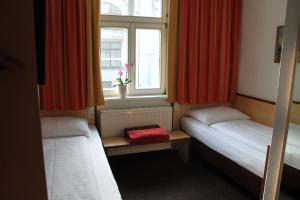 A bed or beds in a room at Hotel Goldene Krone Innsbruck