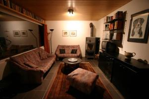 Ein Sitzbereich in der Unterkunft Toepferhuus Albinen