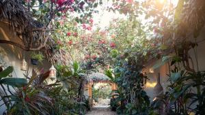 Um jardim em The Chili Beach Private Resort