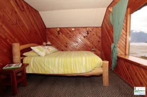 Una cama o camas en una habitación de Cabañas y Turismo Lahuan
