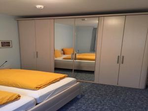 Ein Bett oder Betten in einem Zimmer der Unterkunft Hotel Carlsruh
