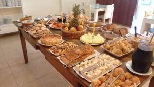 Breakfast options available to guests at Pousada Recanto Alpino