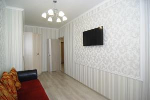 Телевизор и/или развлекательный центр в Apartment on Revkomovsky 4