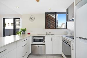 A kitchen or kitchenette at Bayview Apartments Unit GA - Ground floor beachfront unit with private courtyard