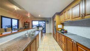 A kitchen or kitchenette at Airlie Harbour Apartment - Airlie Beach