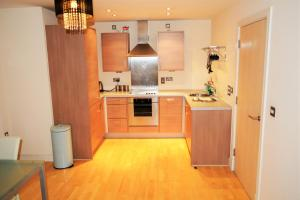 A kitchen or kitchenette at Feel At Home, Birmingham City Centre, New Street