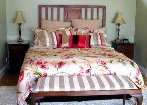 A bed or beds in a room at Gooromon Park Cottages, Canberra