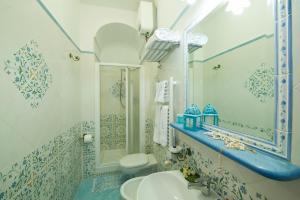 A bathroom at Hotel La Conchiglia