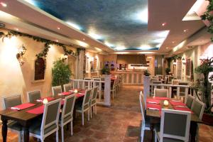 A restaurant or other place to eat at DV Groep Bed & Breakfast