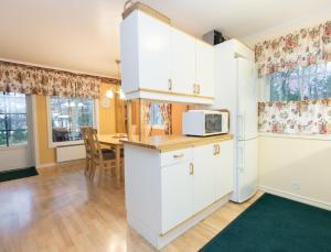 A kitchen or kitchenette at Norrö Holiday Village