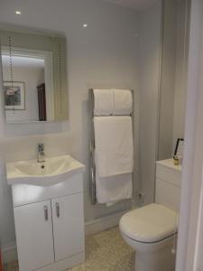 A bathroom at Sun Inn Pooley Bridge
