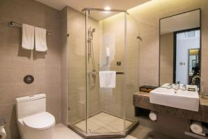 A bathroom at Homeinn Hotel Boutique Shanghai Pudong Airport Branch